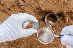 Αρχαία νομίσματα και πιό magnifier Στοκ φωτογραφία με δικαίωμα ελεύθερης χρήσης