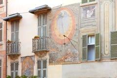 Αρχαία νωπογραφία με το ηλιακό ρολόι στην πλατεία Moro σε μια θερινή ημέρα σε Mondovi, Ιταλία στοκ φωτογραφίες