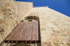 Αρχαία ξύλινη κυλώντας πύλη παραθυρόφυλλων στην είσοδο στο histo στοκ φωτογραφία