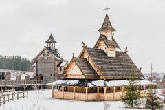 Αρχαία ξύλινη σλαβική εκκλησία σε ένα χιονώδες τοπίο Ιστορικό και αρχιτεκτονικό μουσείο υπαίθρια Κίεβο, Ουκρανία Στοκ Φωτογραφία