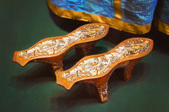 Αρχαία ξύλινα τακούνια παπουτσιών ενάντια στα μπλε φορέματα Στοκ φωτογραφίες με δικαίωμα ελεύθερης χρήσης