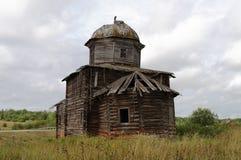 Αρχαία ξύλινη εκκλησία στο βόρειο ρωσικό χωριό Στοκ Εικόνες
