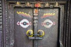 Αρχαία ξύλινη πόρτα με τα μάτια του Βούδα στο Κατμαντού, Νεπάλ Στοκ φωτογραφία με δικαίωμα ελεύθερης χρήσης
