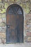 Αρχαία ξύλινη πόρτα στον τοίχο μουσουλμανικών τεμενών πετρών Στοκ φωτογραφία με δικαίωμα ελεύθερης χρήσης
