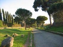 Αρχαία οδός Appia Antica με ένα μέρος στη σκιά στη Ρώμη Ιταλία Στοκ εικόνες με δικαίωμα ελεύθερης χρήσης
