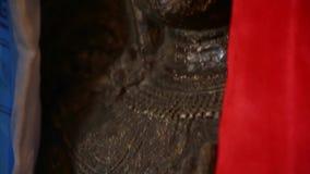 Αρχαία πέτρα και χρυσό βουδιστικό scuplture απόθεμα βίντεο