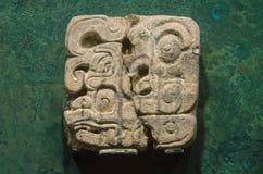 Αρχαία πέτρα glyph που γίνεται από τους ντόπιους της μεξικάνικης maya λατρείας Στοκ εικόνες με δικαίωμα ελεύθερης χρήσης