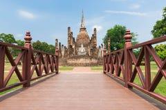 Αρχαία παγόδα και ο μεγάλος Βούδας στο ιστορικό πάρκο Sukhothai Στοκ Φωτογραφία