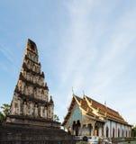 Αρχαία παγόδα και ο όμορφος ναός σε Wat Jamadhevi Στοκ Φωτογραφίες