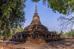 Αρχαία παγόδα με τα συνημμένα αγάλματα ελεφάντων σε Wat Chang Lom α στοκ εικόνα