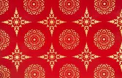 Αρχαία παραδοσιακή ταϊλανδική ζωγραφική σχεδίου με τα χρυσά αστέρια και τα λουλούδια στο κόκκινο υπόβαθρο Στοκ Φωτογραφία