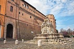 Αρχαία πηγή και παλάτι στο ιστορικό κέντρο Cesena, Em στοκ εικόνες