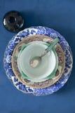 Αρχαία πιάτα σε ένα μπλε υπόβαθρο Στοκ Εικόνες