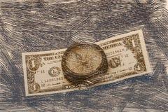 Αρχαία πυξίδα στο υπόβαθρο των τραπεζογραμματίων που εκλεπτύνονται Στοκ εικόνα με δικαίωμα ελεύθερης χρήσης