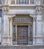 Αρχαία πόρτα εισόδων με τις στήλες στοκ εικόνες