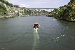 Αρχαία πόλη Πόρτο, βάρκα, ποταμός Douro, γέφυρα Στοκ εικόνες με δικαίωμα ελεύθερης χρήσης