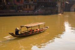 Αρχαία πόλη Fenix στην Κίνα Ιστορικό ασιατικό τοπίο με τα κανάλια νερού, ξύλινα σπίτια, βάρκες γονδολών Στοκ Φωτογραφίες