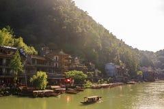 Αρχαία πόλη Fenix στην Κίνα Ιστορικό ασιατικό τοπίο με τα κανάλια νερού, ξύλινα σπίτια, βάρκες γονδολών Στοκ φωτογραφίες με δικαίωμα ελεύθερης χρήσης