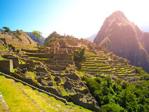 Αρχαία πόλη Inca Machu Picchu που φωτίζεται από τον ήλιο Καταστροφές χαμένης της Incan πόλης στην περουβιανή ζούγκλα Παγκόσμια κλ Στοκ εικόνες με δικαίωμα ελεύθερης χρήσης