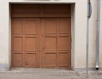 Αρχαία πύλη με το wicket στον τοίχο του σπιτιού στοκ φωτογραφία με δικαίωμα ελεύθερης χρήσης