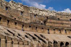 Αρχαία ρωμαϊκή λεπτομέρεια Colosseum στη Ρώμη, Ιταλία, νεφελώδης ουρανός στο υπόβαθρο Στοκ Εικόνα