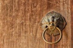 Αρχαία ρόπτρα πορτών, λαβή εξογκωμάτων πορτών Στοκ Εικόνες
