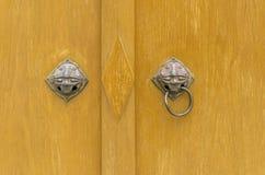 Αρχαία ρόπτρα πορτών, κεφάλι λιονταριών λαβών εξογκωμάτων πορτών Στοκ εικόνες με δικαίωμα ελεύθερης χρήσης