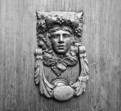 Αρχαία ρόπτρα σε μια παλαιά ξύλινη πόρτα Στοκ φωτογραφίες με δικαίωμα ελεύθερης χρήσης