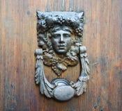 Αρχαία ρόπτρα σε μια παλαιά ξύλινη πόρτα Στοκ Εικόνες