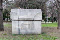 Αρχαία Σαρκοφάγος πετρών στο πάρκο Οι παλαιοί τάφοι πετρών βρίσκονται σε ένα δημόσιο πάρκο δίπλα στο αρχαιολογικό μουσείο στη Βάρ στοκ φωτογραφία
