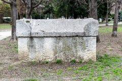 Αρχαία Σαρκοφάγος πετρών στο πάρκο Οι παλαιοί τάφοι πετρών βρίσκονται σε ένα δημόσιο πάρκο δίπλα στο αρχαιολογικό μουσείο στη Βάρ στοκ φωτογραφίες με δικαίωμα ελεύθερης χρήσης