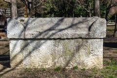 Αρχαία Σαρκοφάγος πετρών στο πάρκο Οι παλαιοί τάφοι πετρών βρίσκονται σε ένα δημόσιο πάρκο δίπλα στο αρχαιολογικό μουσείο στη Βάρ στοκ εικόνα με δικαίωμα ελεύθερης χρήσης