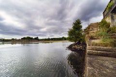 Αρχαία σκάλα πετρών γρανίτη που χρησιμοποιείται για να κατεβεί στη θάλασσα - επίπεδο μέσα Στοκ φωτογραφία με δικαίωμα ελεύθερης χρήσης