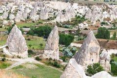 αρχαία σπίτια στους βράχους καπνοδόχων νεράιδων σε Goreme στοκ φωτογραφία με δικαίωμα ελεύθερης χρήσης