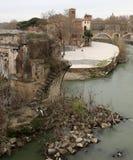 Αρχαία σπασμένη γέφυρα αποκαλούμενη Ponte Rotto στα ιταλικά γλώσσα μέσα στοκ εικόνες
