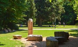 Αρχαία στήλη στον εθνικό κήπο στην Αθήνα, Ελλάδα στις 23 Ιουνίου 2017 στοκ εικόνες με δικαίωμα ελεύθερης χρήσης