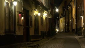 Αρχαία στενή οδός στην κεντρική Στοκχόλμη παλαιά πόλη Νύχτα, φω'τα απόθεμα βίντεο