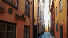 Αρχαία στενή οδός στην κεντρική Στοκχόλμη παλαιά πόλη φιλμ μικρού μήκους