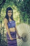 Αρχαία ταϊλανδική γυναίκα στο παραδοσιακό κοστούμι της Ταϊλάνδης Στοκ εικόνα με δικαίωμα ελεύθερης χρήσης