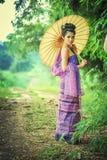 Αρχαία ταϊλανδική γυναίκα στο παραδοσιακό φόρεμα της Ταϊλάνδης με τον τρύγο Στοκ Εικόνα