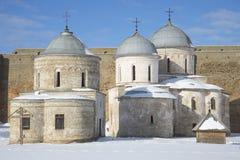 Αρχαία υπόθεση και εκκλησία του Άγιου Βασίλη στην ηλιόλουστη χειμερινή ημέρα φρουρίων Ivangorod Περιοχή του Λένινγκραντ Στοκ φωτογραφίες με δικαίωμα ελεύθερης χρήσης