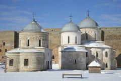 Αρχαία υπόθεση και εκκλησία του Άγιου Βασίλη στη χειμερινή ημέρα φρουρίων Ivangorod Περιοχή του Λένινγκραντ, της Ρωσίας Στοκ φωτογραφία με δικαίωμα ελεύθερης χρήσης