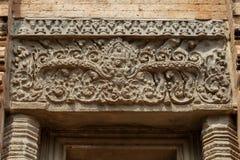 Αρχαία bas-ανακούφιση πετρών στο ναό Angkor Wat, Καμπότζη Αρχαίο floral ντεκόρ ναών Λεπτομέρεια Wat Angkor στοκ φωτογραφία με δικαίωμα ελεύθερης χρήσης