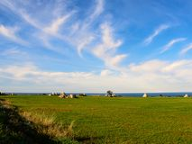 Αρχαία trulli, επαρχία, θάλασσα και σύννεφα στην Πούλια Στοκ φωτογραφία με δικαίωμα ελεύθερης χρήσης