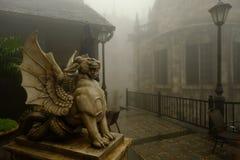 Αρχαίες άγαλμα και ομίχλη λιονταριών σε βροχερό των λόφων NA BA στο Hill Bana Στοκ Φωτογραφίες