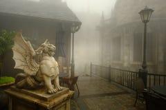 Αρχαίες άγαλμα και ομίχλη λιονταριών σε βροχερό των λόφων NA BA στο Hill Bana Στοκ Εικόνες
