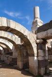 Αρχαίες άσπρες σπασμένες στήλες και αψίδες Στοκ φωτογραφία με δικαίωμα ελεύθερης χρήσης