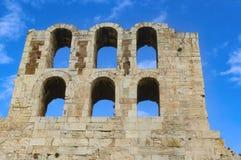 Αρχαίες αψίδες του ρωμαϊκού θεάτρου στην ακρόπολη στην Αθήνα Ελλάδα ενάντια σε έναν όμορφο μπλε ουρανό με τα whispy σύννεφα Στοκ φωτογραφία με δικαίωμα ελεύθερης χρήσης