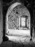 Αρχαίες γοτθικές αψίδες στις καταστροφές κάστρων Γραπτή εικόνα Στοκ φωτογραφία με δικαίωμα ελεύθερης χρήσης