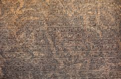 Αρχαίες επιγραφές σε μια τεράστια πλάκα πετρών Σρι Λάνκα Στοκ Φωτογραφία